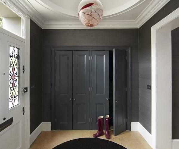 Встроенный шкаф черного цвета в прихожей частного дома