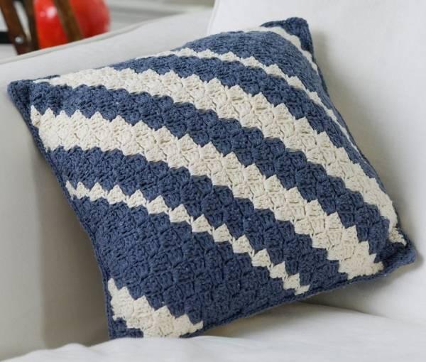 Стильный и модный дизайн подушек для дивана - фото вязки крючком