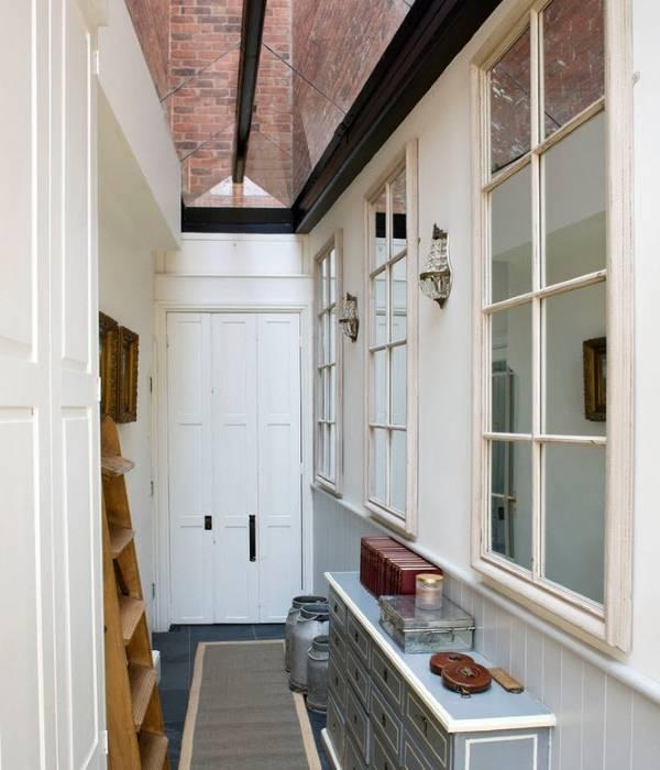 Зеркала и мебель в дизайне узкого коридора в квартире