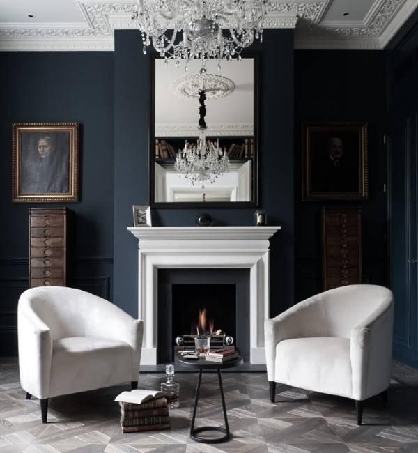 Темный цвет стен и белая мебель в гостиной