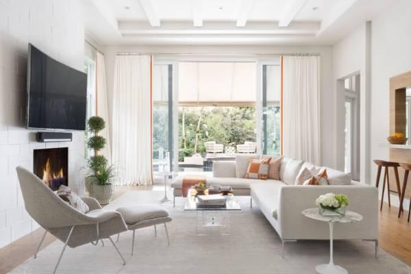 Белые обои для белой мебели в гостиной