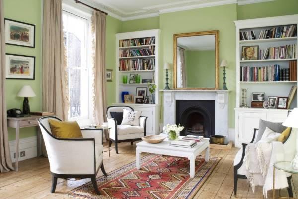 Зеленый интерьер гостиной с белой мебелью