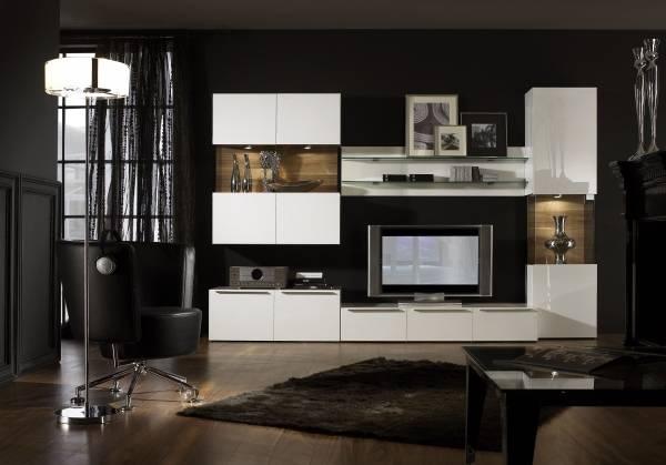 Черные обои для белой модульной мебели в гостиной