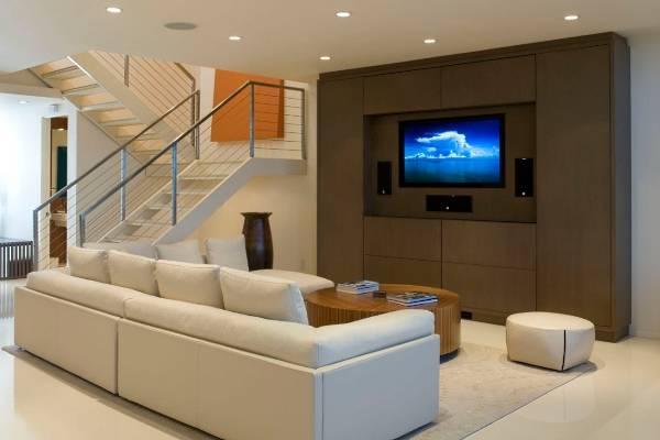 Белый кожаный диван - фото в интерьере гостиной
