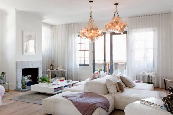 Модульный белый диван в гостиной