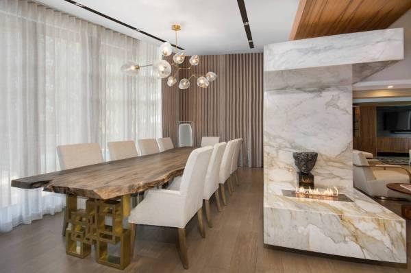 Роскошный дизайн зала с камином - фото в квартире