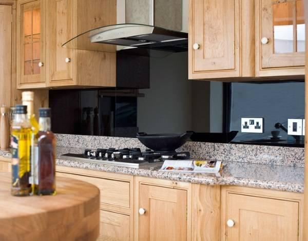 Черный стеклянный кухонный фартук - фото в интерьере
