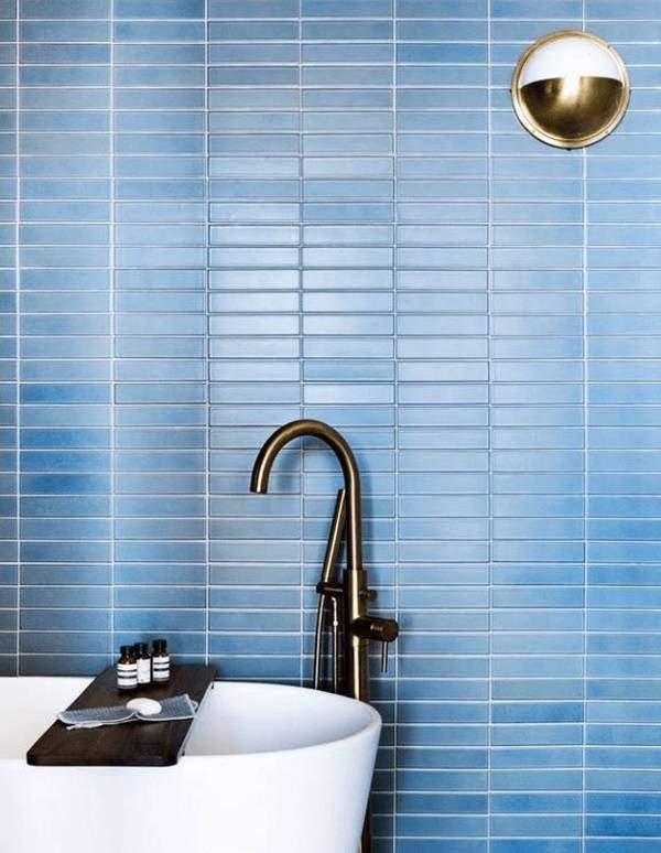 Светло-синий цвет в интерьере ванной комнаты