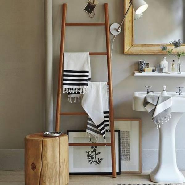 Декорирование ванной комнаты - вешалка для полотенец из лестницы