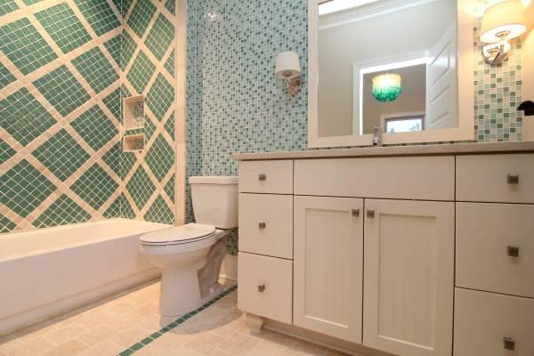 Красивый декор ванной комнаты плиткой - фото лучших идей