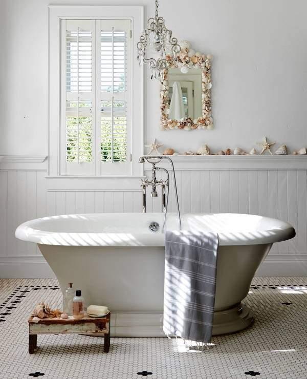 Простой и красивый декор из ракушек в ванной