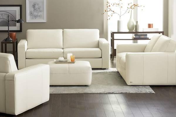 Белая мебель в интерьере гостиной - фото с темным полом