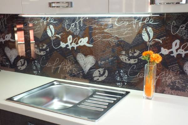 Прозрачный стеклянный фартук для кухни на обои