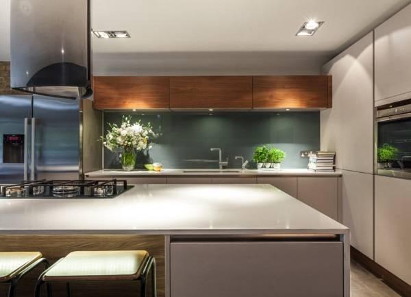 Темно-зеленый стеклянный фартук - фото кухни