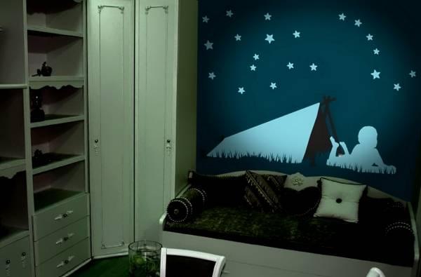 Флуоресцентные наклейки на стену - фото в интерьере