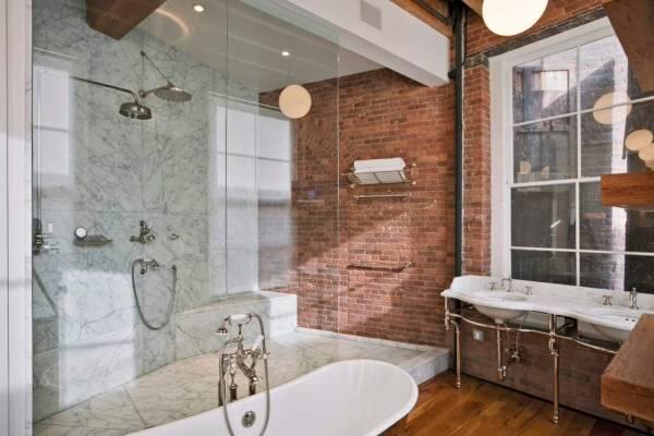 Кирпичная стена в интерьере ванной комнаты - с чем сочетать
