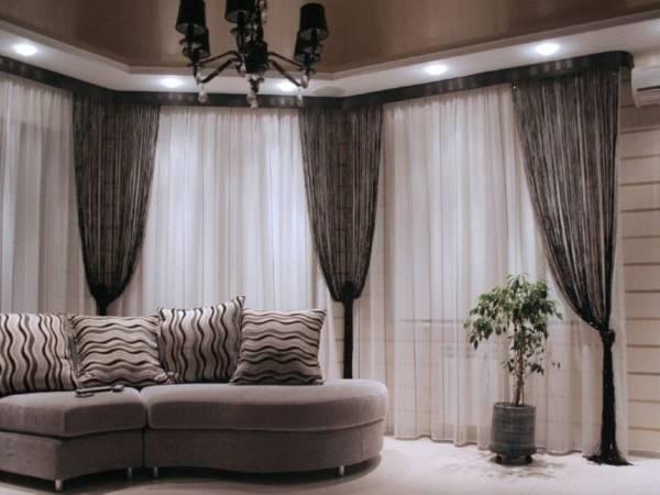 Черная штора кисея в интерьере гостиной с тюлью