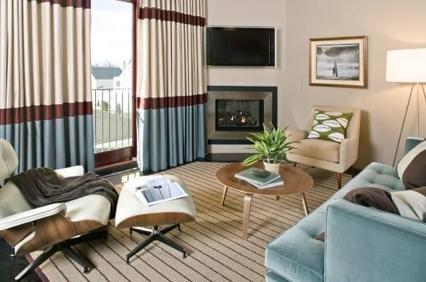 Как визуально сделать комнату шире - полосатые шторы в интерьере