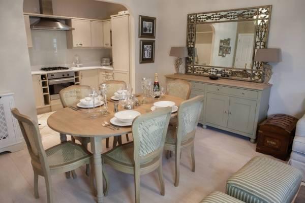 Как увеличить комнату с помощью обоев - фото кухни гостиной