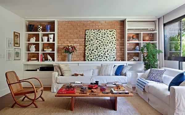 Интерьер гостиной с кирпичной стеной и белой мебелью
