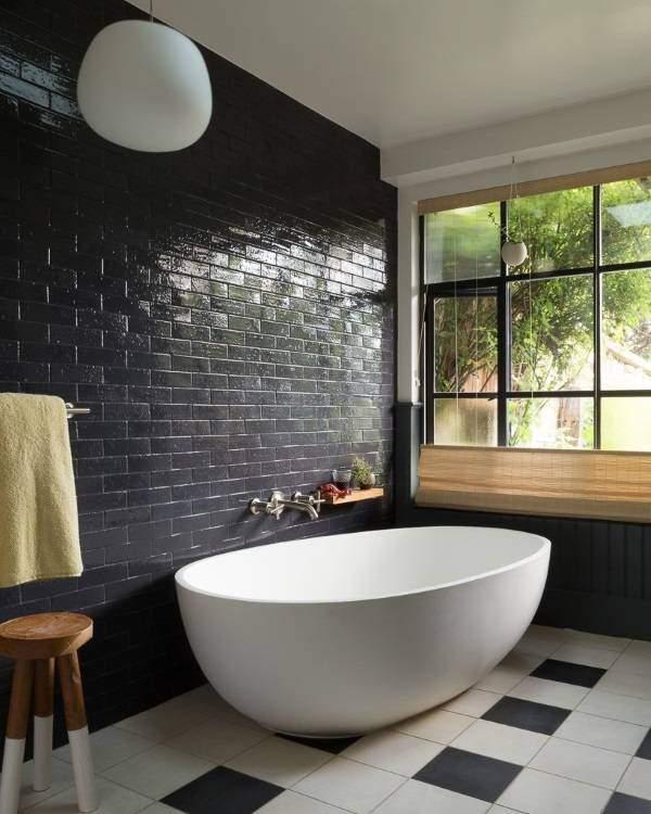 Кирпичные стены в интерьере - фото в ванной комнате