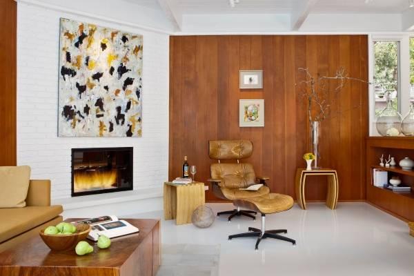 Сочетание кирпичной стены и деревянных панелей в интерьере
