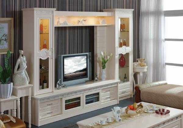 Интерьер гостиной с белой мебелью в классическом стиле