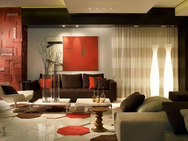 Сочетание коричневого цвета в интерьере гостиной с красным