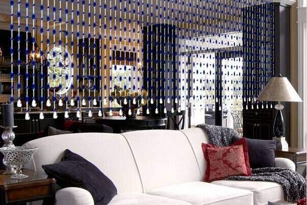 Красивые шторы нити со стеклярусом в интерьере гостиной