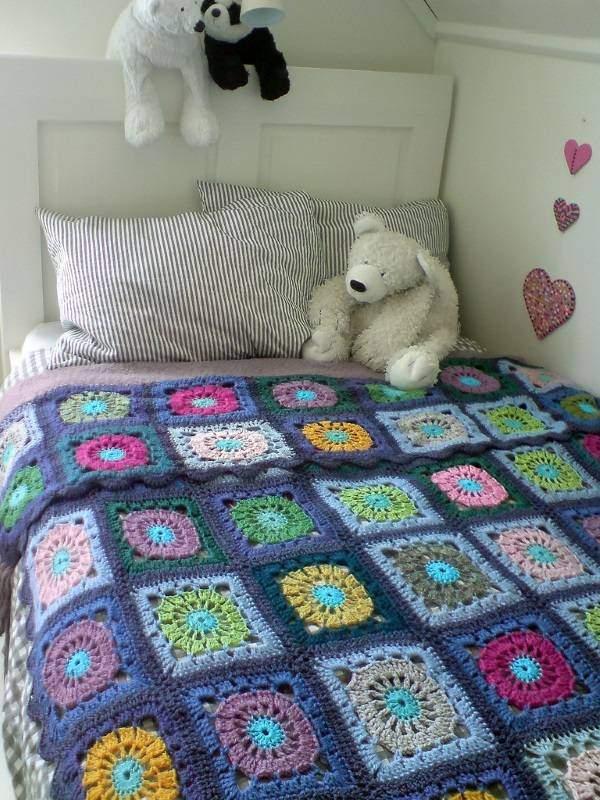 Вязаное покрывало для кровати в детской в стиле пэчворк
