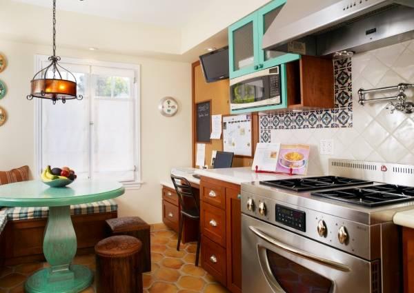 Богемный интерьер кухни в коричневом и голубом цвете
