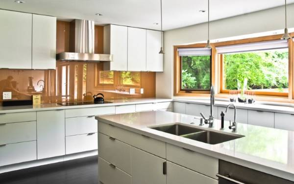 Стеклянные панели на фартук для кухни - фото в интерьере