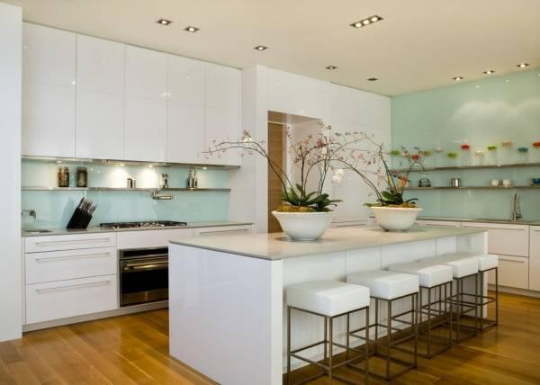 Стеклянные кухонные фартуки - фото в голубом цвете