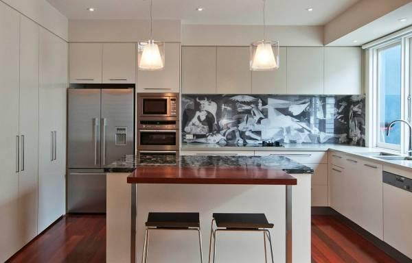 Современный дизайн кухни со стеклянным фартуком