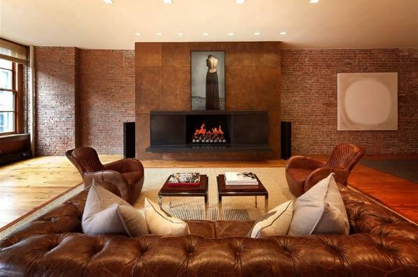 Гостиная с камином в квартире в стиле лофт