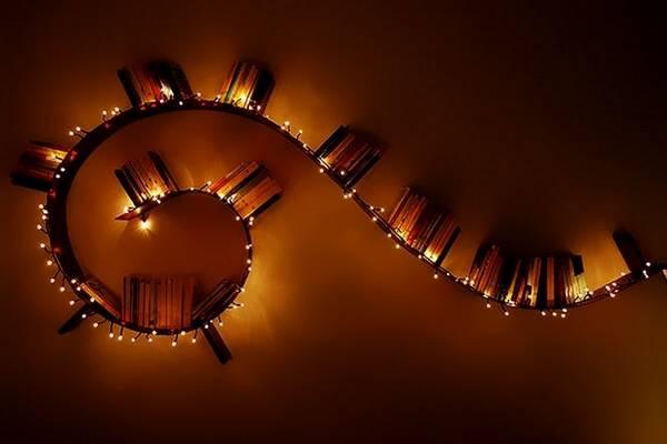 Гирлянды led светодиодные в декоре полки на стене