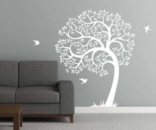 Белая наклейка на стену - дерево в интерьере