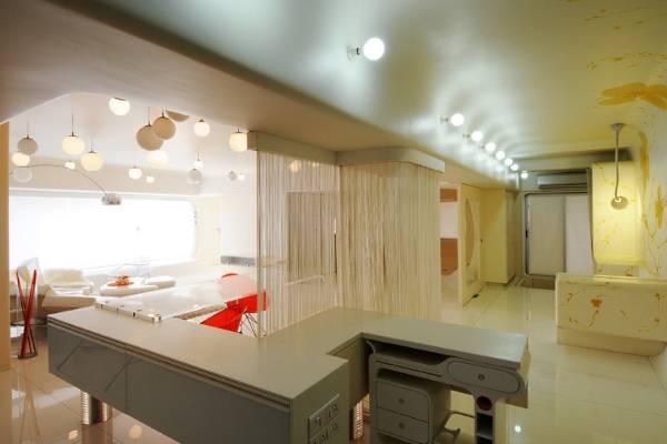 Кремовые шторы кисея - фото в интерьере кухни гостиной