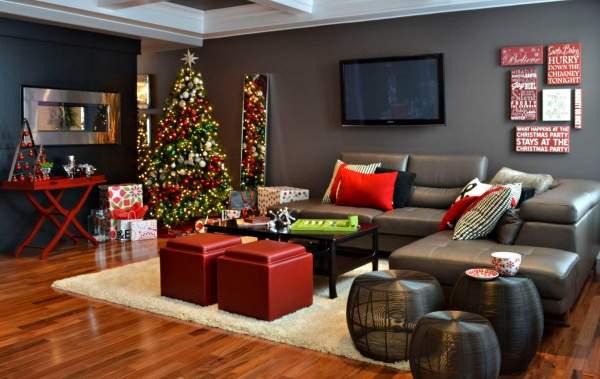 Новогодний интерьер квартиры с зелеными и красными украшениями
