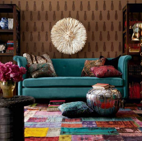 Яркий декор в стиле бохо в интерьере гостиной
