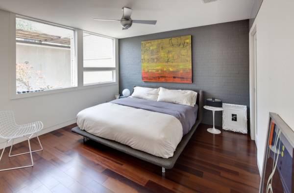 Покраска кирпичной стены в серый цвет в интерьере