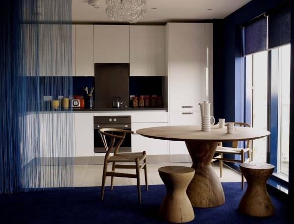 Синяя штора кисея в интерьере кухни