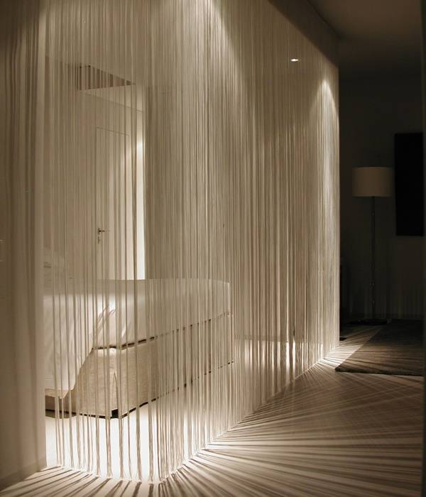 Белые шторы нитки - фото в дизайне спальни