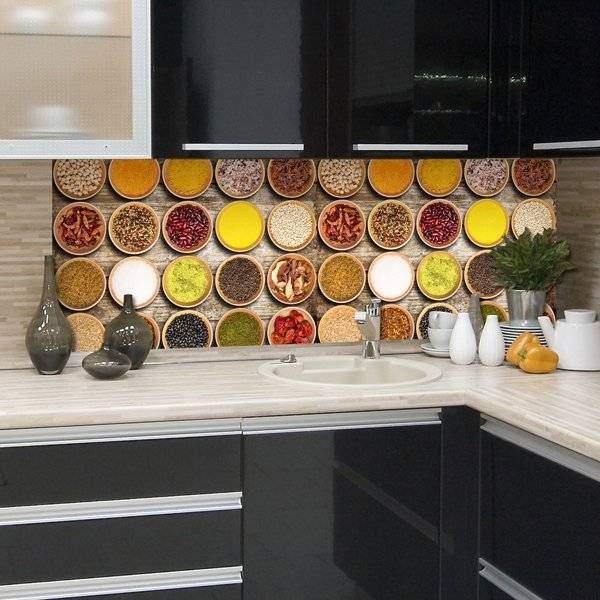Фото кухни со стеклянным фартуком скинали