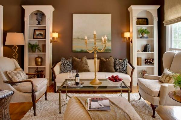 Коричневые стены и белая мебель для гостиной