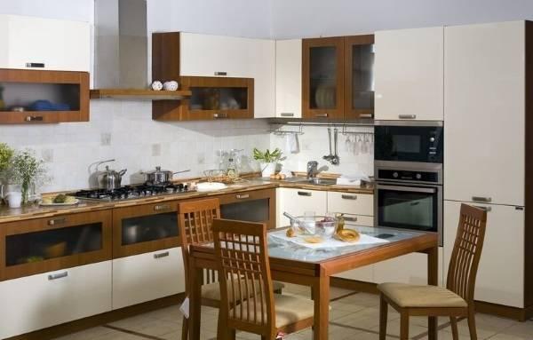 Сочетание белого цвета с коричневым цветом в интерьере кухни