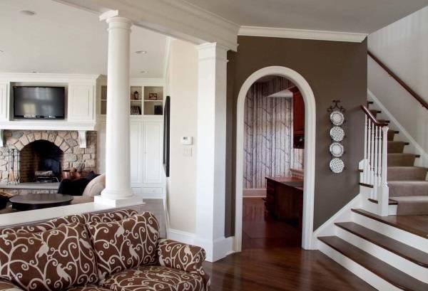 Интерьер дома в сочетании белого и коричневого цветов