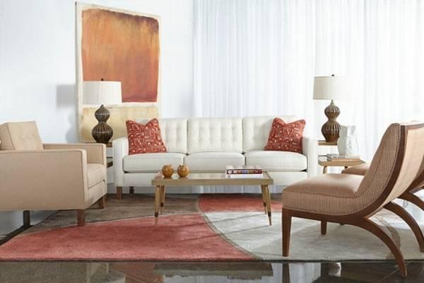 Белый диван и бежевые кресла в зале