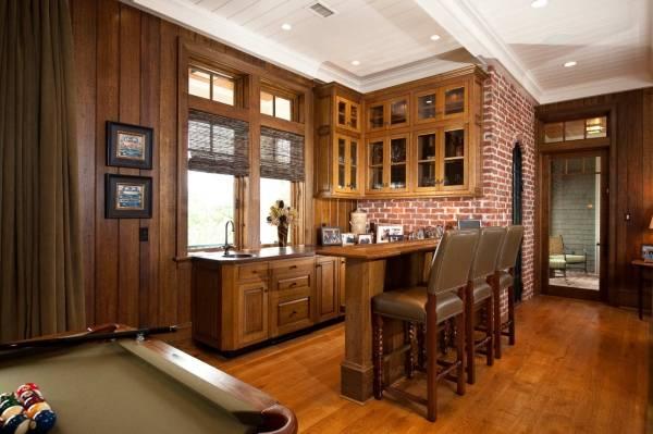 Дизайн кухни с кирпичной стеной и деревянной отделкой
