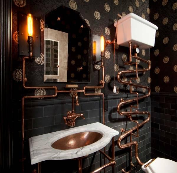 Ванная комната в стиле стимпанк с викторианскими обоями на стенах